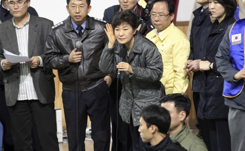 President Park Geun-he listened to the troubled parents and tried to calm them down. (Photo from South China Morning Post)