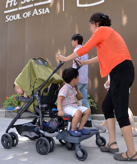 A woman, together with her two kids, was turned away in a coffee shop where strollers are prohibited. (Source: